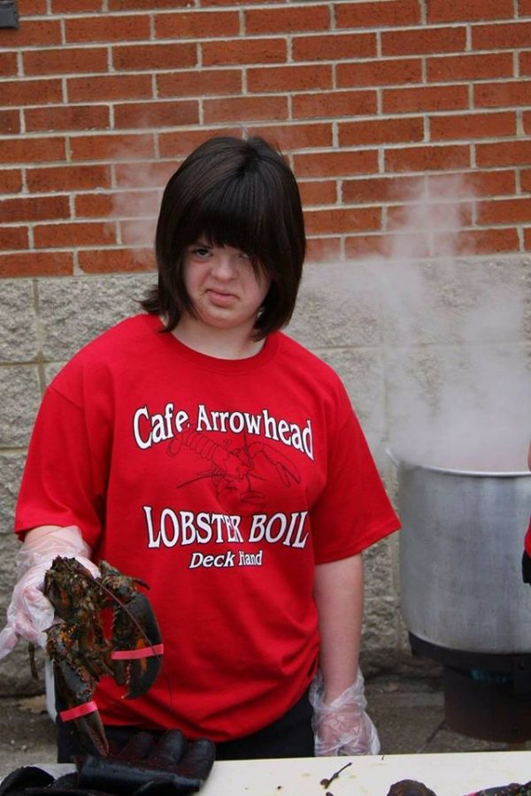 Special+education+student+Angela+Esteves+helps+boil+lobsters+at+the+2016+Caf%C3%A9+Arrowhead+Lobster+Boil